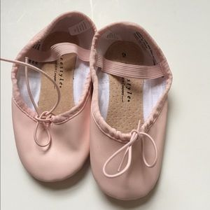 Girls dancing ballet pink shoes